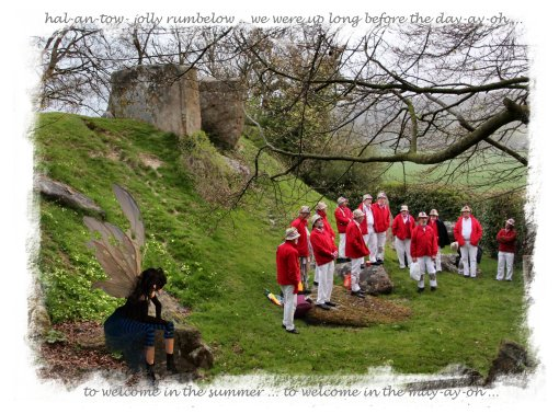 Hartley Morris men, joined by faery Muddypond Green, sing the sun up on May morning at Coldrum Longbarrow ©vcsinden