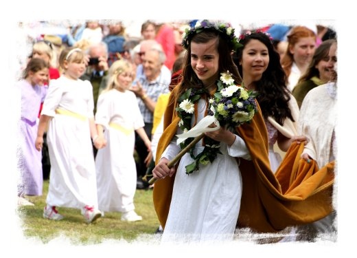 Ickwell Green May Queen and her procession ©vcsinden2014