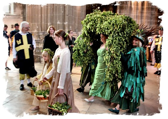 Hop Hoodening at Canterbury Cathedral 2015 -  the Hop Queen ©vcsinden2015